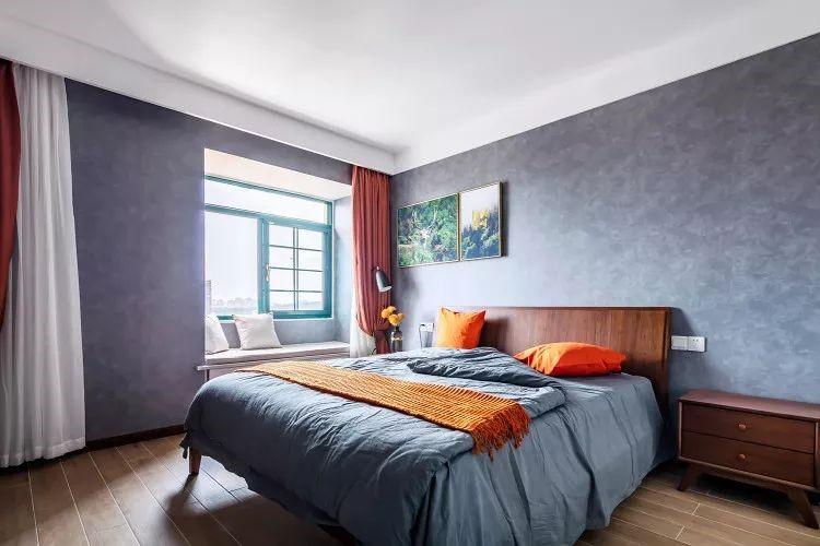 常说,中性灰调,会让人忘却烦恼,卧室选用了灰色的壁纸作为墙面,为睡眠创造一个安静的环境。