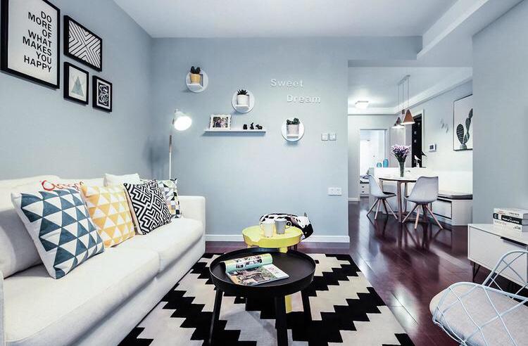 客厅比较清新靓丽,木质地板以及布艺沙发很是温暖