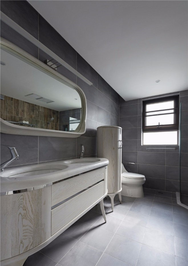 单独的淋浴区,加深的大浴缸更加让人享受,带有自然之感的木纹砖,是其中一个亮点。