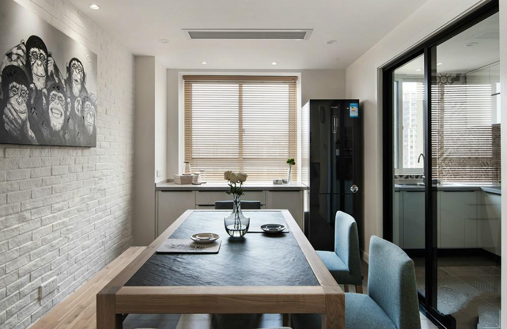 可以清晰的看到厨房是用玻璃门隔开的,方便拿取,整体温馨大气