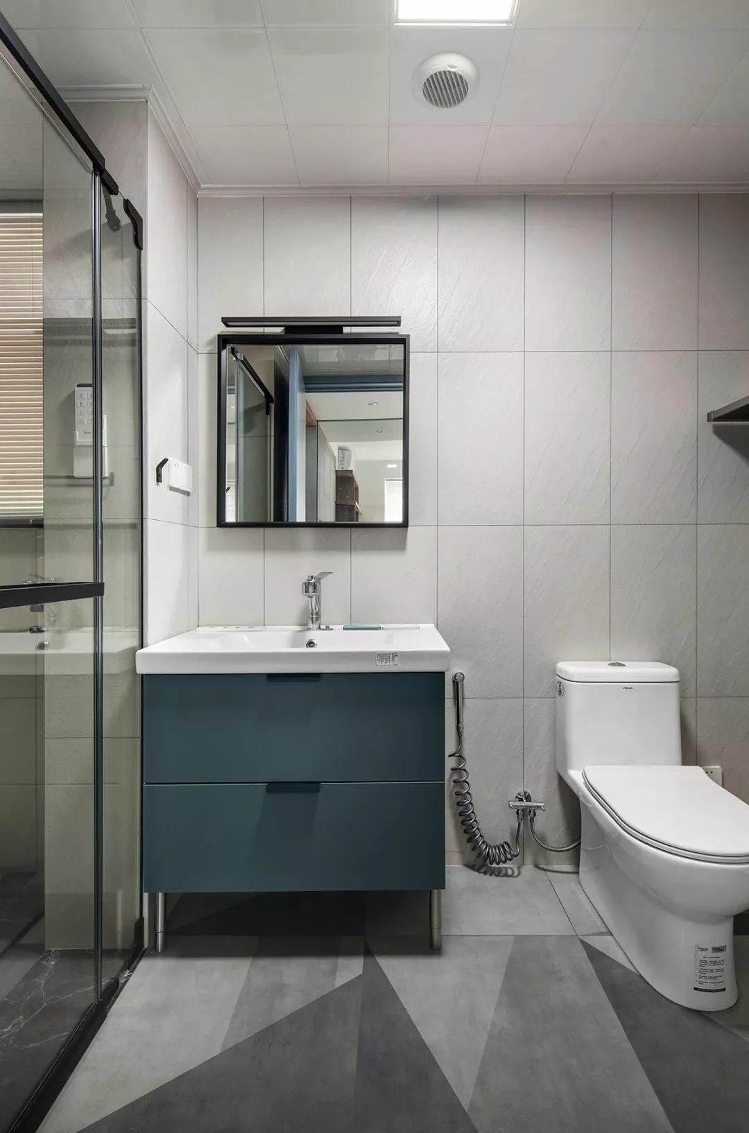 通透的玻璃浴室门有效采光,考虑到卫生间隐私问题,窗户安装百叶帘。简洁的风格与配色都和房屋整体相呼应。