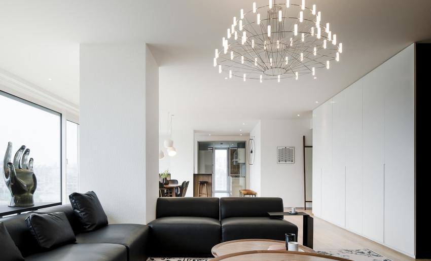清透的薄纱窗帘可依据生活场景灵活调整,室内光线也随之变化。