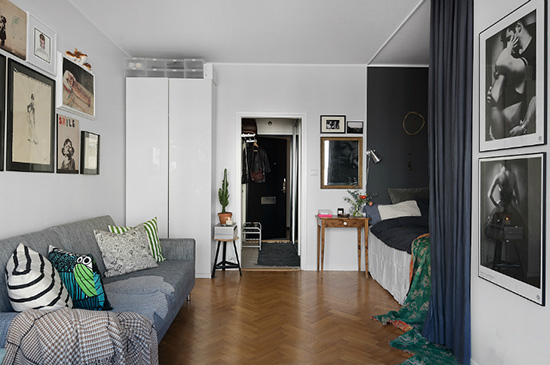沙发的对面即为睡眠区,用黑色的拉帘来保留卧眠的隐私,而且不占用空间。