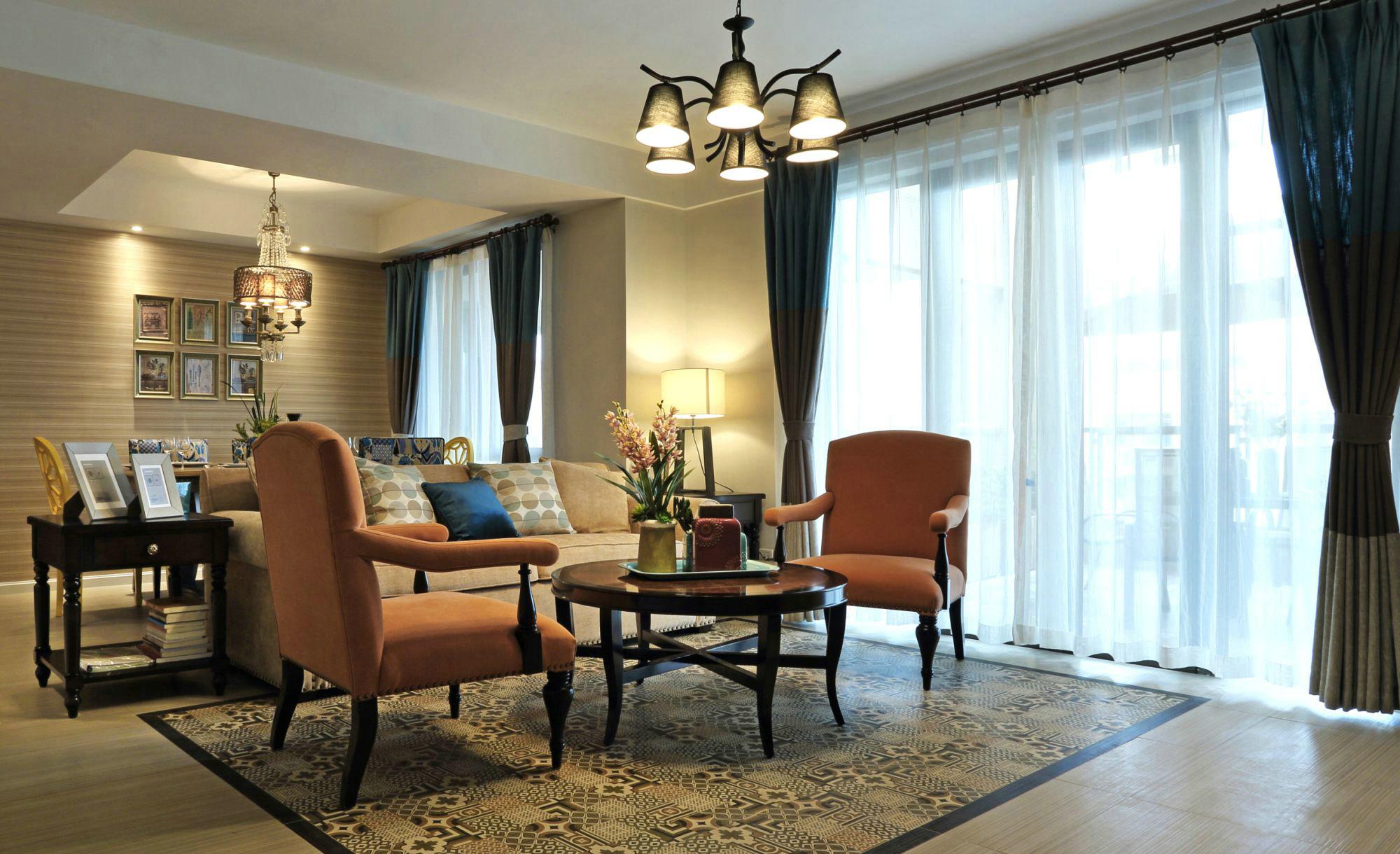 整体色调偏暖,驼色椅子与打在墙上的黄色灯光呼应协调。