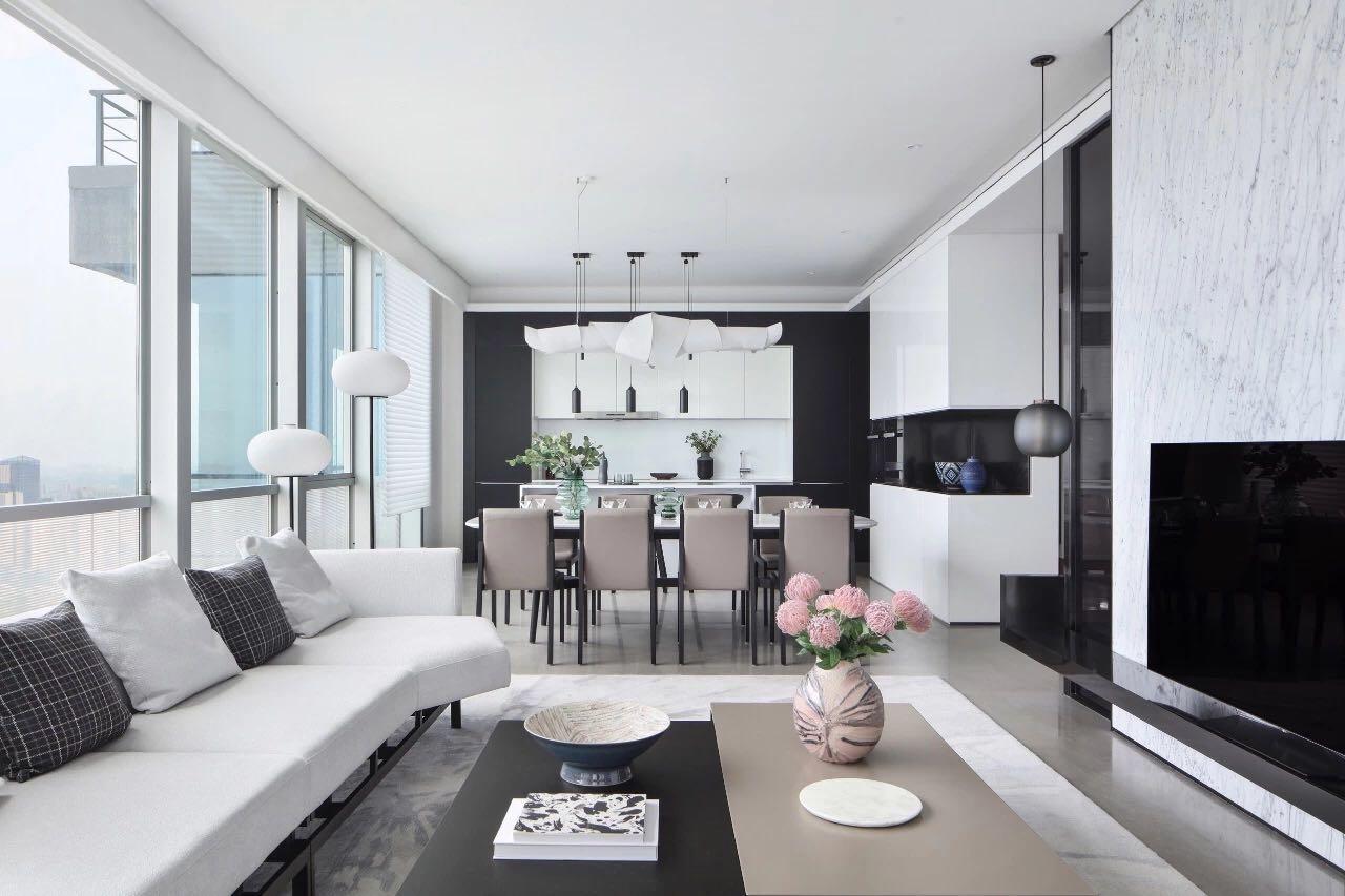 客廳簡潔大方,白色沙發融入其中,表現出一個時尚、個性,簡約不簡單的家居空間。