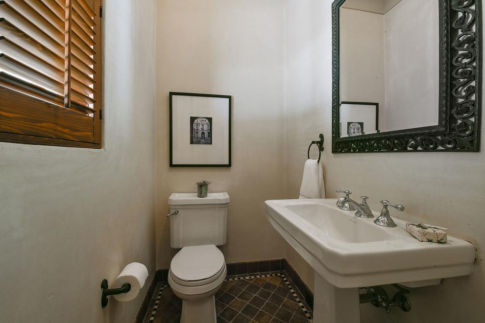 卫生间很简单,以白色为主很是干净整洁
