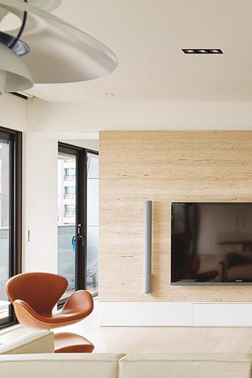 皮革类家具必须避免阳光直接曝晒,若是放置窗边最好要加上窗帘,此外可以用天然油脂上油保养。