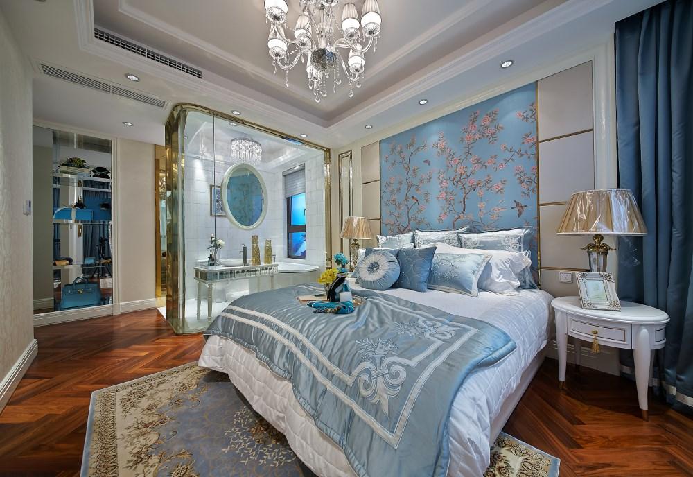 次卧里面是衣柜的组合式设计,而且还有一个小飘窗,收纳空间非常多。