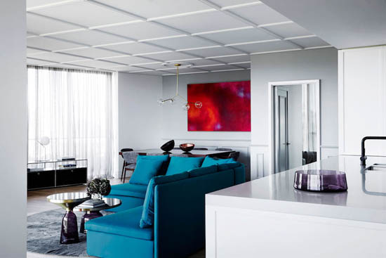 墙壁上红色明亮色调的抽象画,作为公寓这部分的焦点。