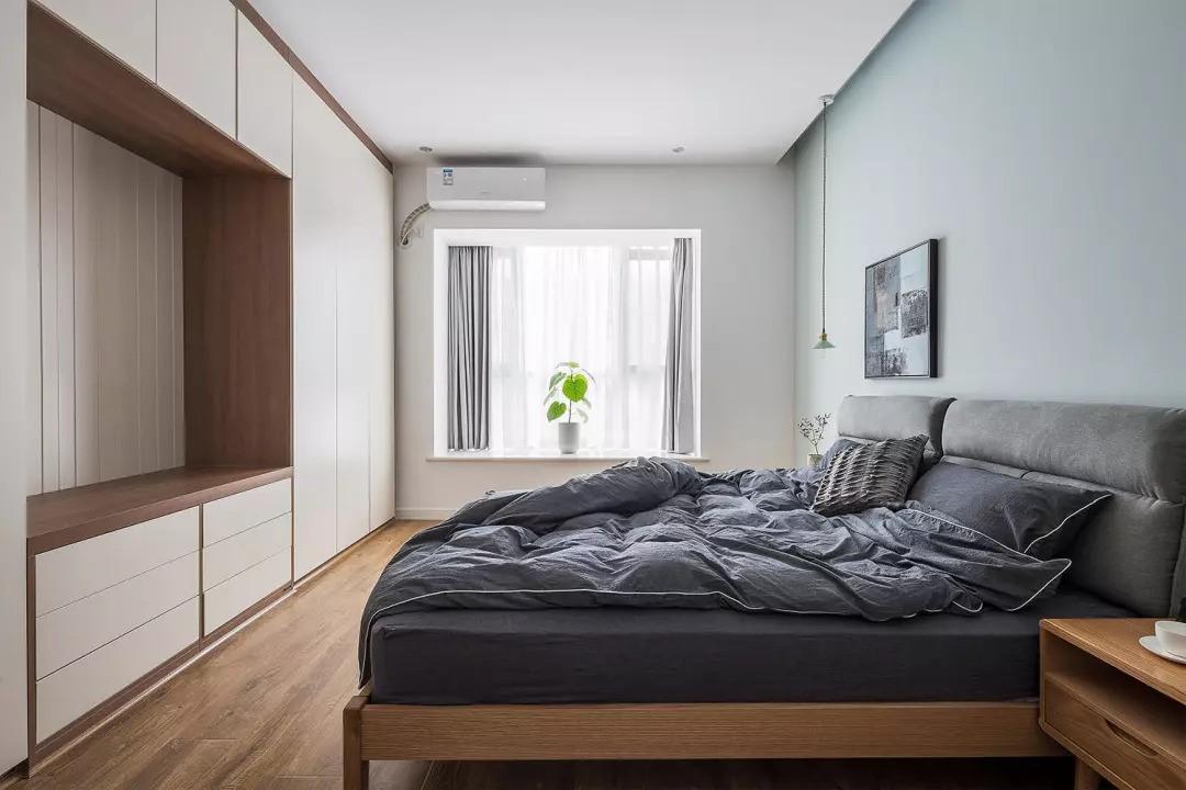 主卧室床头两个小吊灯,晚上看书方便,分别控制开关,看电视灯光也比较偏柔和。