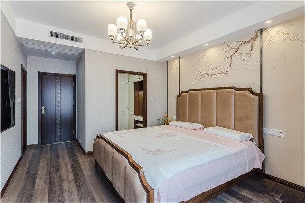 卧室以生活的舒适为出发,独立卫生间更方便使用;背景墙的白梅翘枝图与法兰绒床头呈色彩对比。