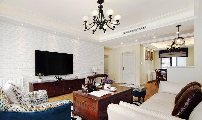 浓烈的美式风格的茶几和电视柜,和白色的北欧风格电视背景墙一明一暗,干净整齐。