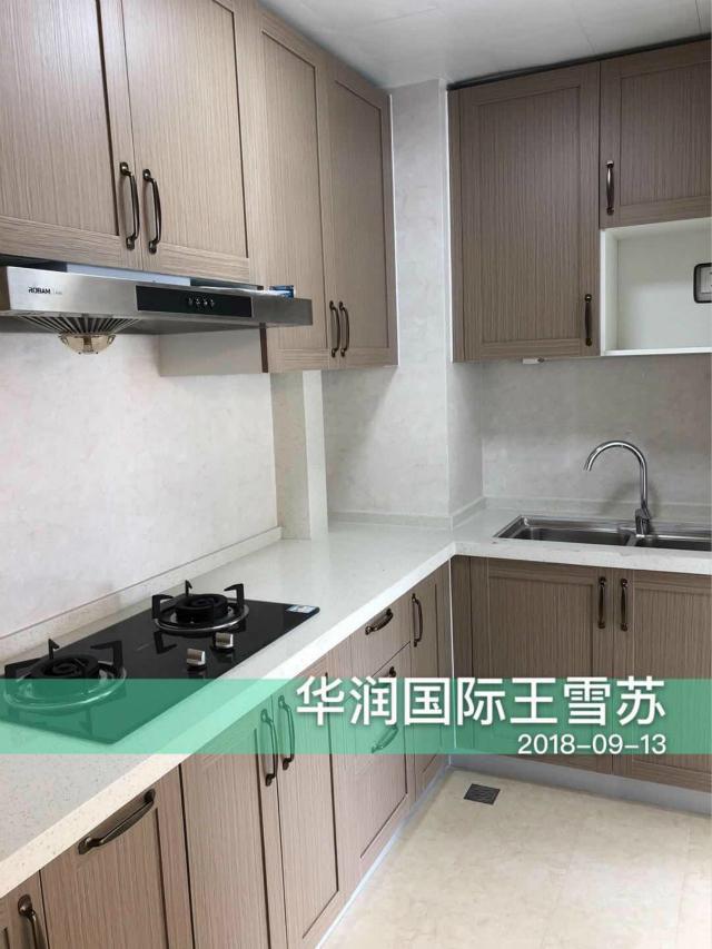 厨房亮丽的台面的设计,搭配浅色地砖、墙砖提亮整个空间,让空间显得宽松敞亮。