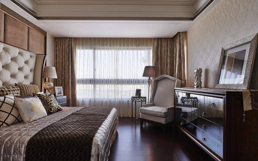 浅米色系床头片呼应上欧式精品家私,连贯性带出公、私领域空间风格。