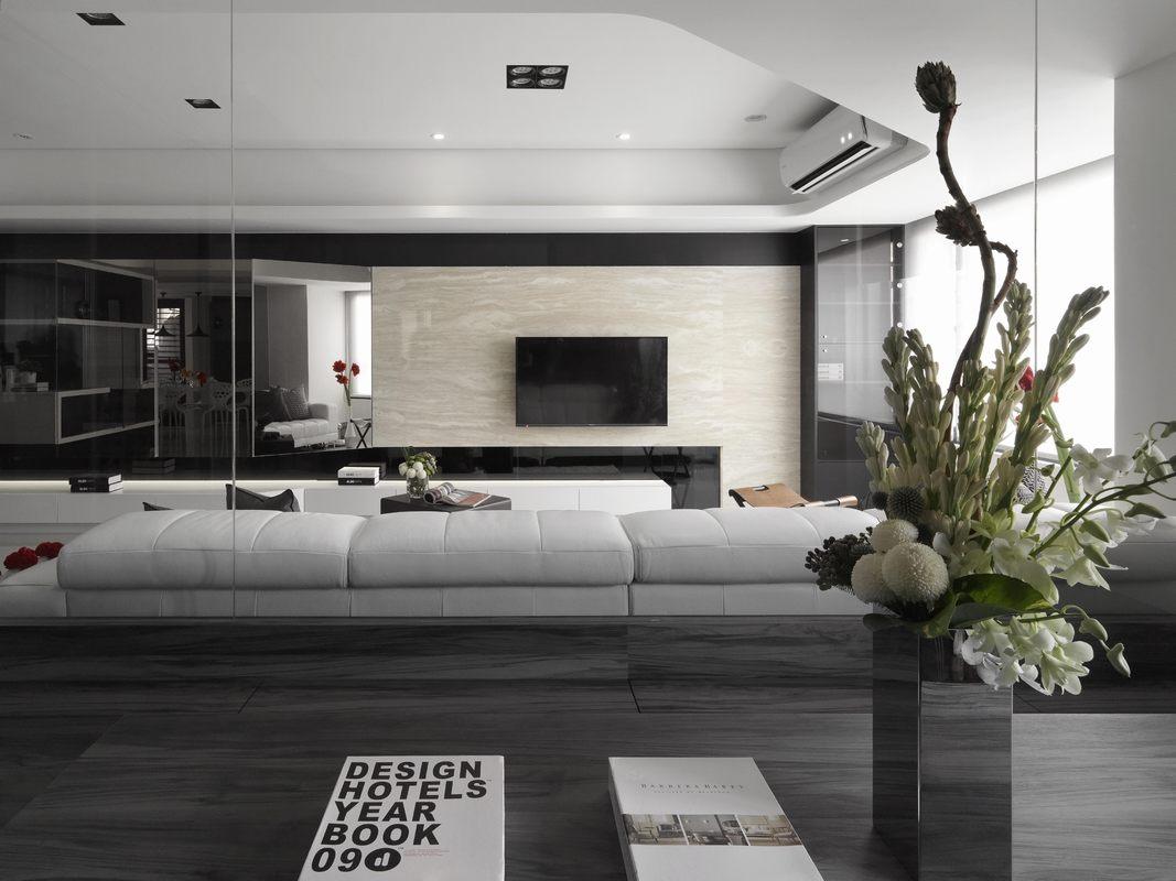 客厅背景墙以米色大理石为背景,局部黑色勾勒,带来安静且具有安全感的空间氛围。