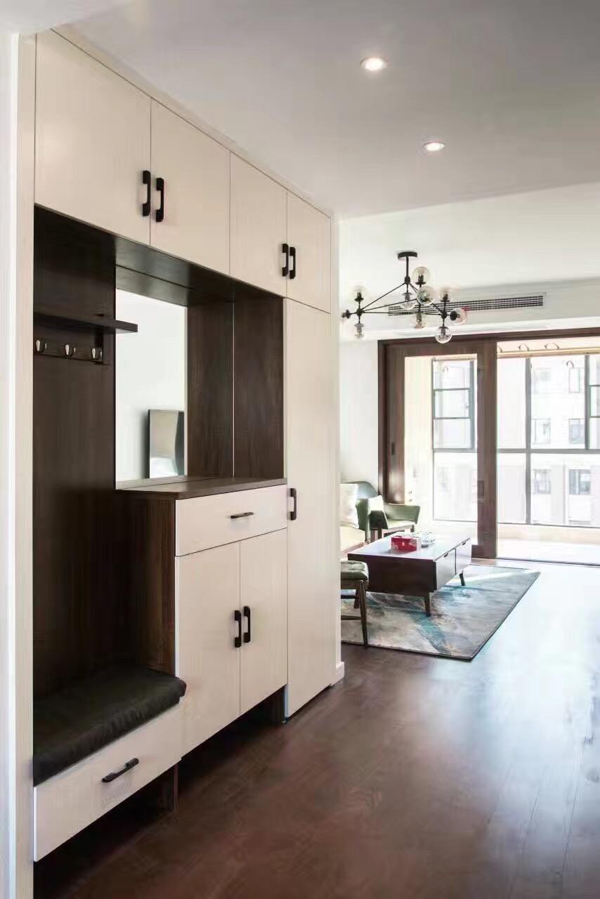 入门玄关并没有封闭感,与客厅相邻,柜体功能强大。