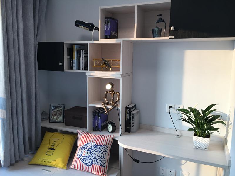 明亮的书房沐浴在大自然的柔和光线中,为整个屋子定下了温馨的基调。