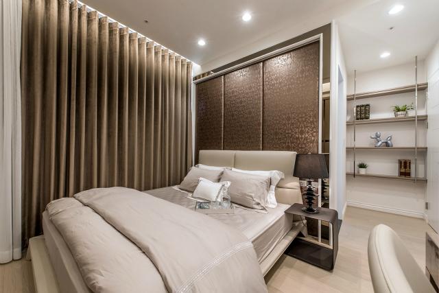 白色的空间点缀灰棕色背景墙以及绒布窗帘,给人一种奢华沉重感。