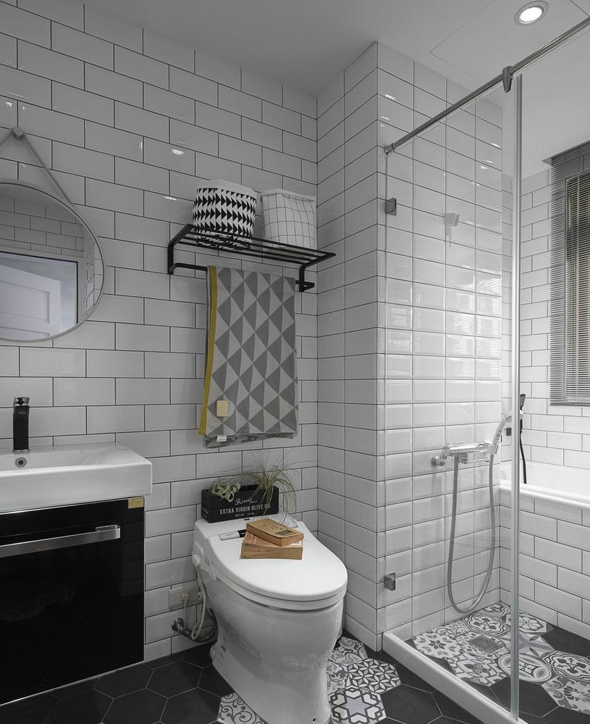 卫浴墙壁都是采用白色瓷砖,可以提高采光率,白色显得位于干净清爽。