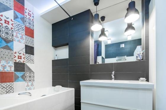 主色调是白色和深灰色,但也有一个丰富多彩的马赛克瓷砖成为墙上的特色,增添模式的多样性。