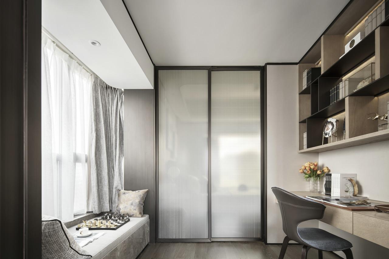有温度的奶咖色书柜,搭配浅色的窗帘、坐垫等,给人一种很放松、很舒适的感觉。