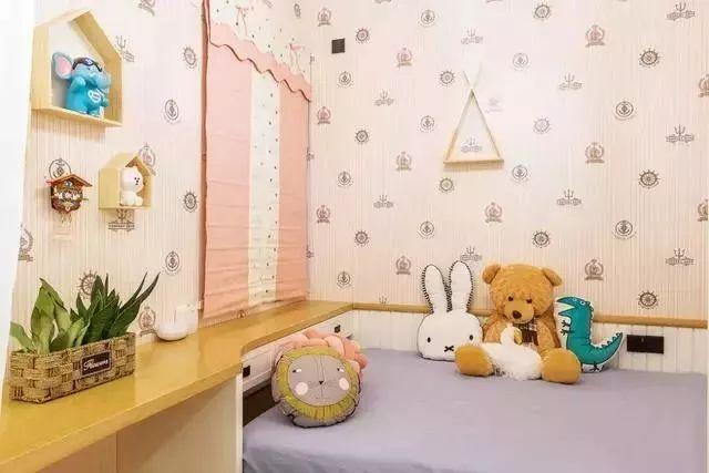 可爱的儿童房采用了榻榻米、书桌及衣柜组合的设计,这是最节省空间的小房间处理方式。