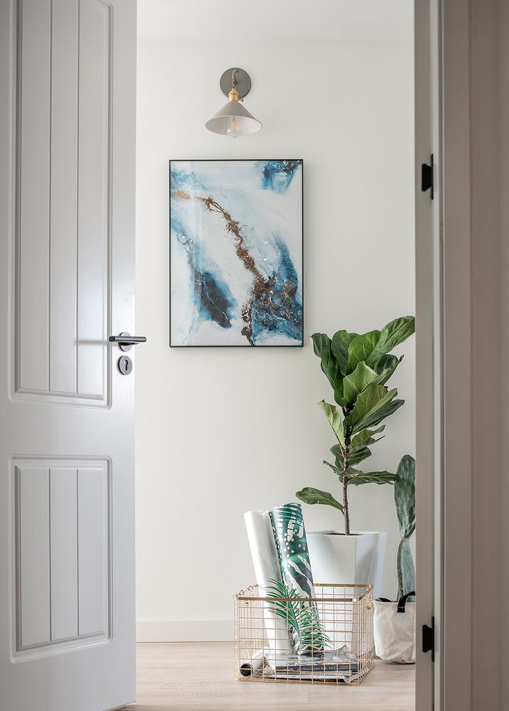一幅画、一盏灯,分隔开主卧书房及休息空间,形成昼夜的分割。