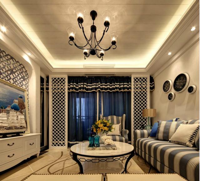客厅整体简洁大方,蓝色窗帘带来一丝优雅。白色镂空栅栏巧妙将客厅与阳台隔离,既美观又不阻挡阳光的射入。