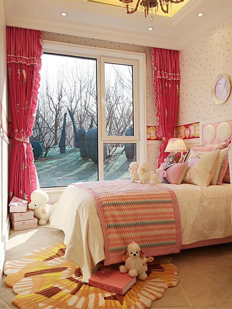 小小的飘窗配上白色纱帘,加上粉红色和小碎花的遮光帘,让空间更加温柔摇曳起来,这里,装着孩子大大的梦。