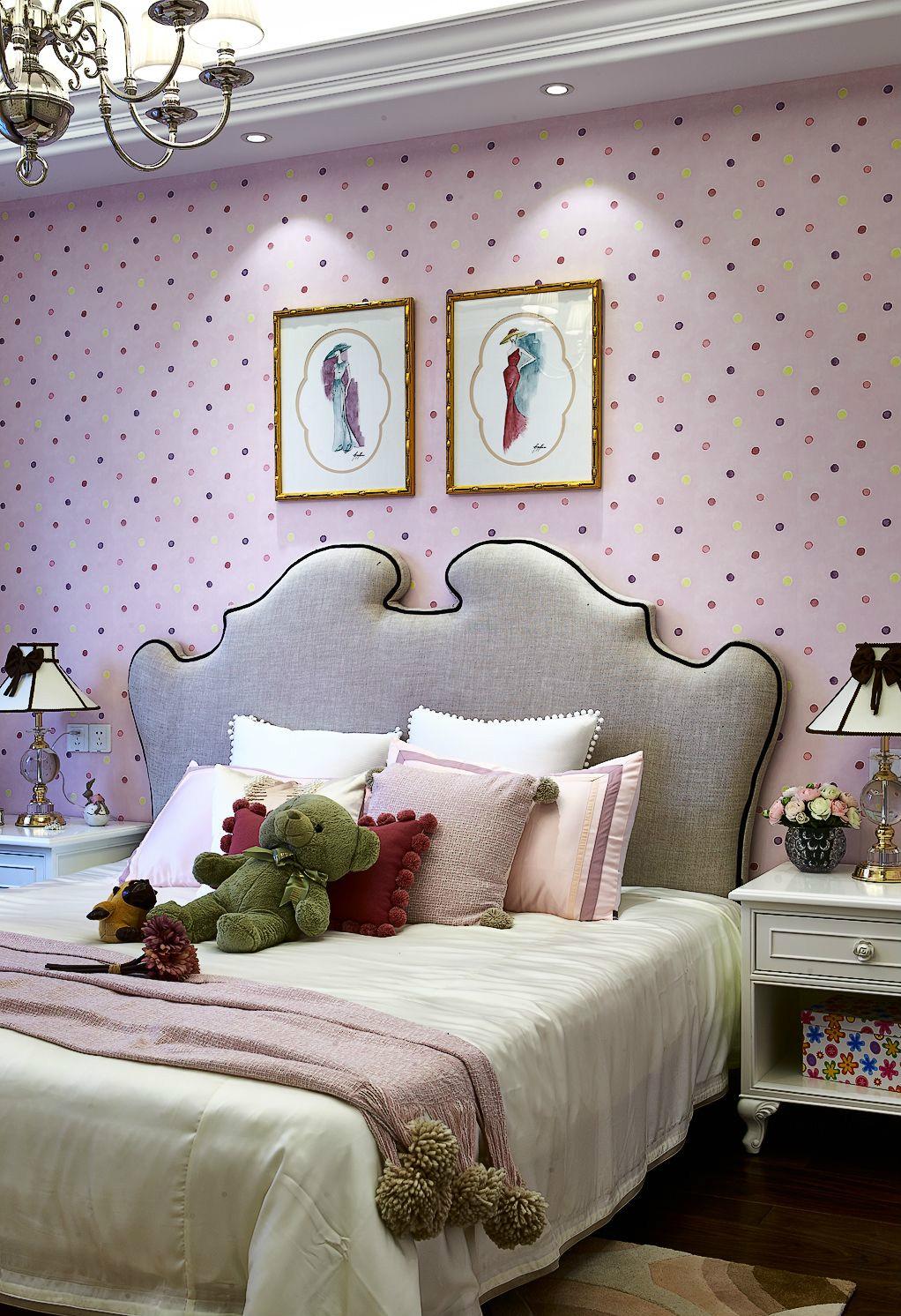 这是一间女性卧室设计,粉色的背景墙,卡通玩偶,一种柔美甜蜜的感觉袭上心来。
