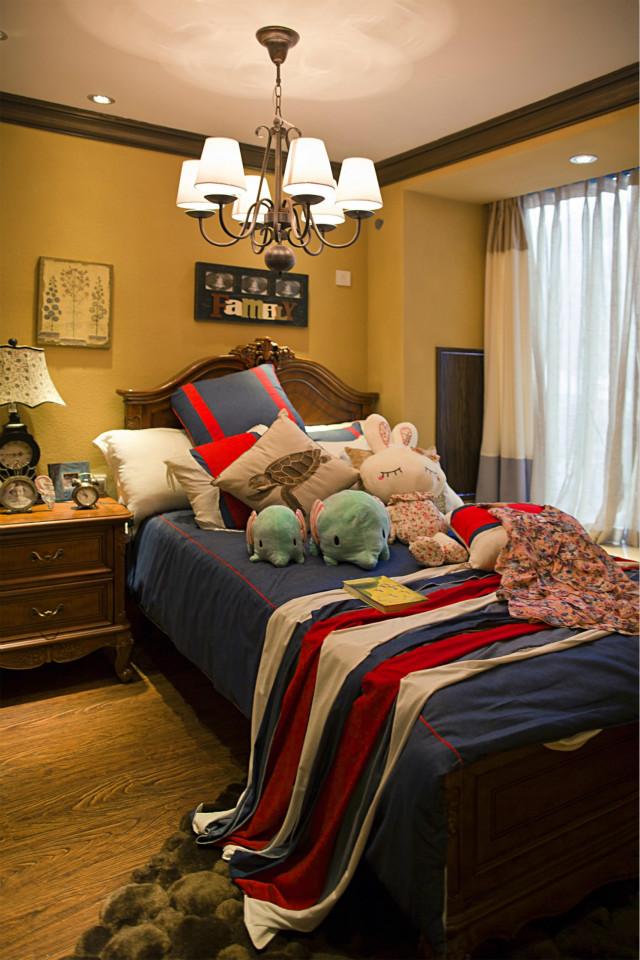 次卧用色大胆,白色窗帘营造出柔美的感觉,床品颜色对比鲜明,玩偶让空间更为活泼自然。