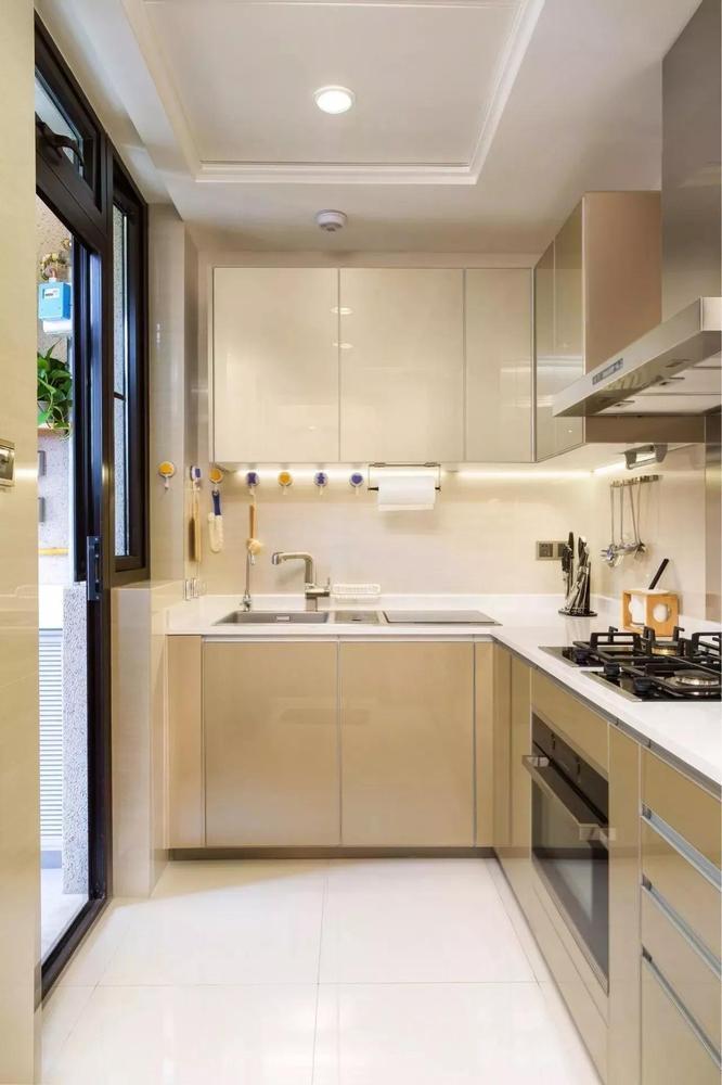 厨房安静明亮,金属面板的一体橱柜,更加考虑到了清洁和耐用的需求。