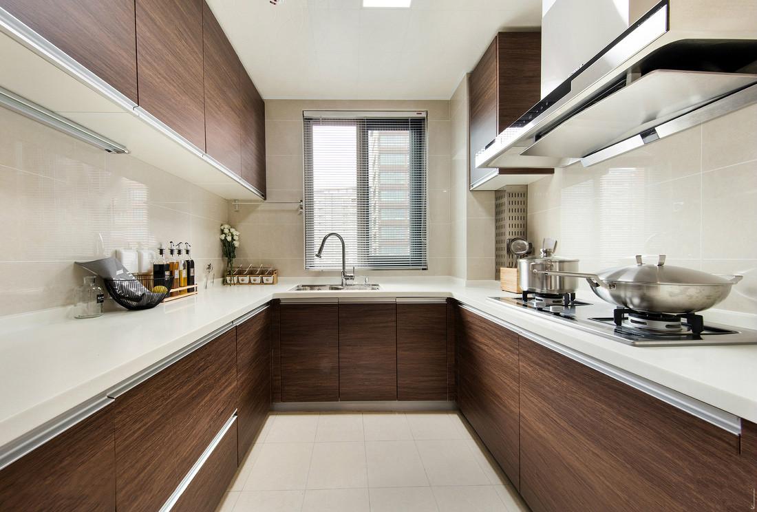 厨房橱柜与餐厅储物柜同款同色同材质,整体和谐。