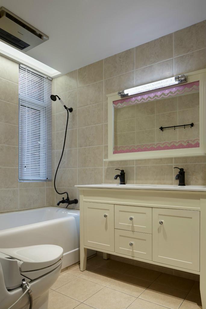 卫浴室的四周墙面上下半部分以深黄的小块复古瓷砖为铺贴,整个的墙面舒适而丰富
