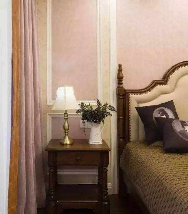 主卧室也是选择了奶咖色作为主色调,客厅、餐厅和主卧都是用优雅的色调搭配稳重的家具,显得更加的华丽。