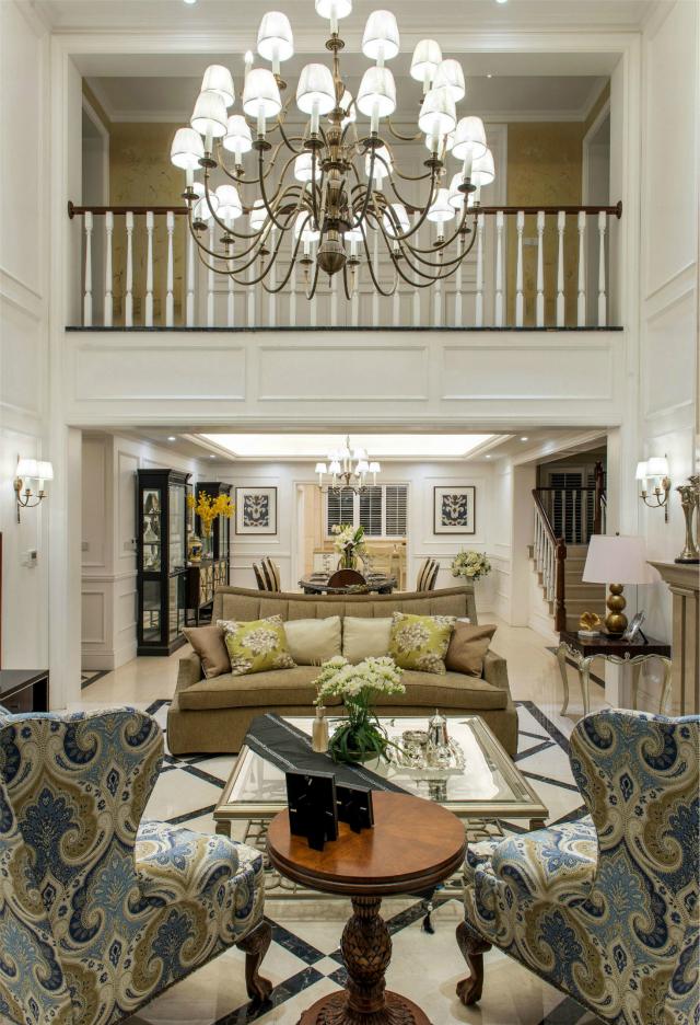 客厅进行挑高的设计,整个空间显得大气宽敞;用石膏线勾边尽显皇家贵族般的生活格调。