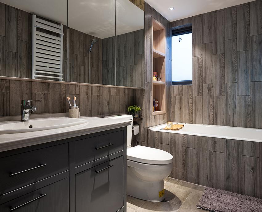 规规矩矩的卫生间,壁龛设计给了常用物品一个安身之所。