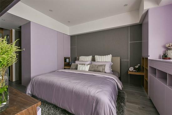 以薰衣草紫为主色,床头采深色壁布,搭配胡桃木家具,希望提供屋主安稳的睡眠品质。