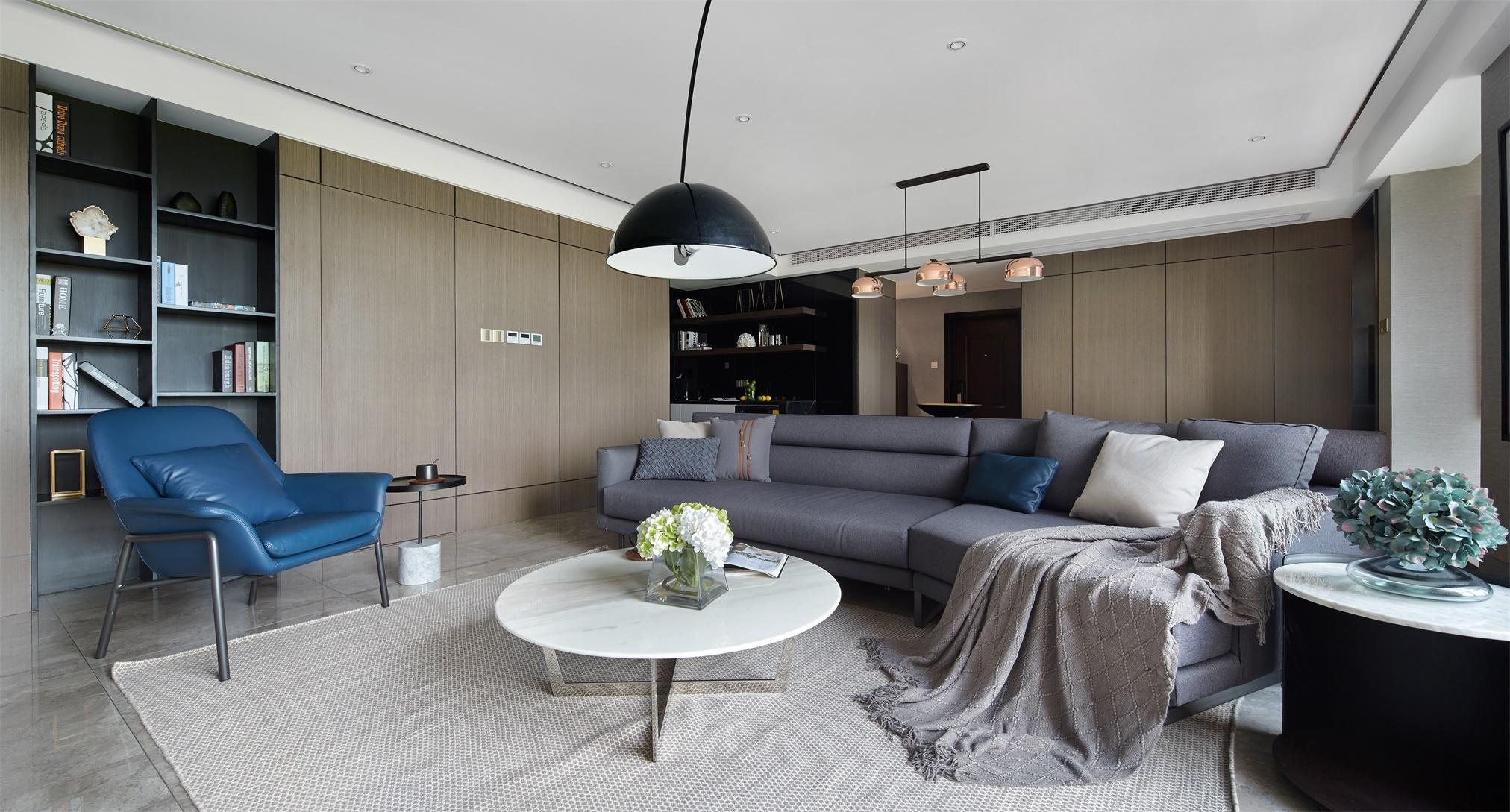 客厅空间是家的缩影,大面积使用原木作为背景墙,打造出独特的空间视觉。