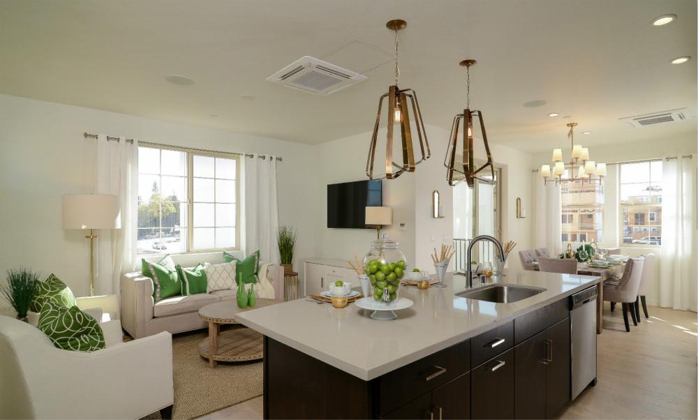 开放式的厨房与餐桌,空间显得大且温馨。