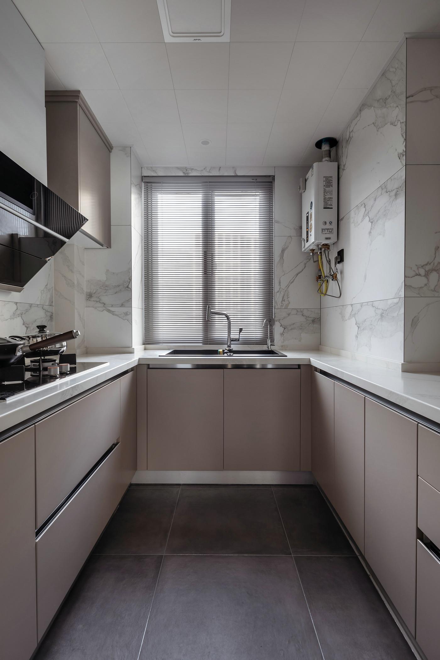 U形厨房动线布局合理,橱柜色感舒适,营造出舒缓的烹饪氛围。