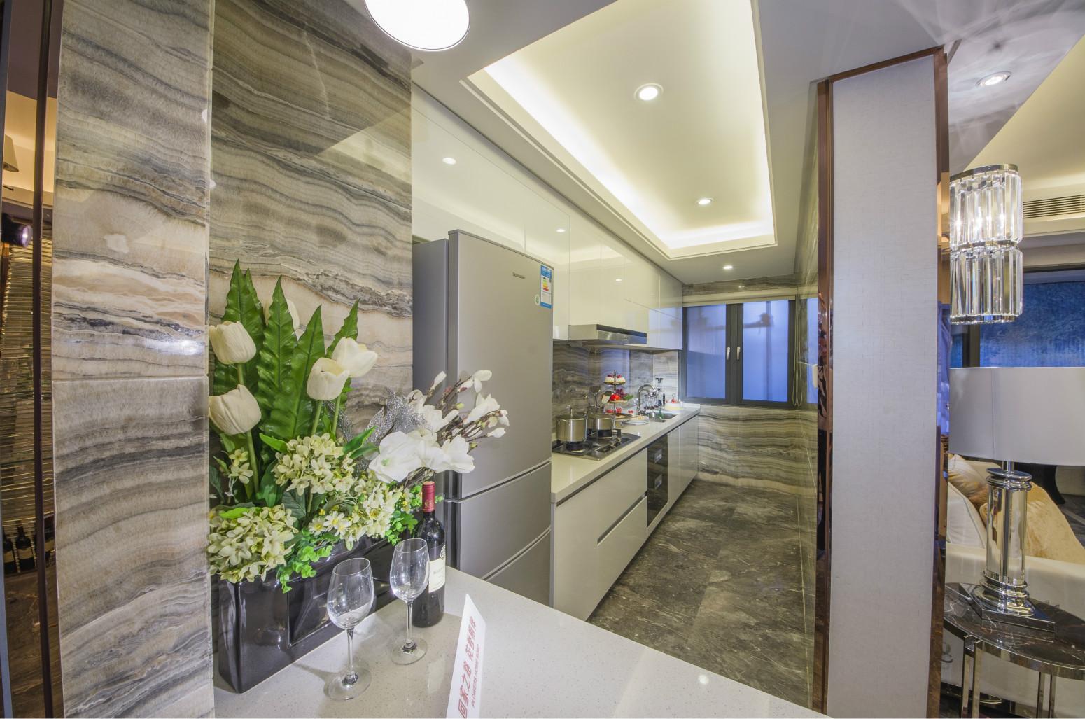 厨房与餐厅是半开放式的,餐边柜设计为吧台,即扩展了空间,又可以摆放一些简单的餐具