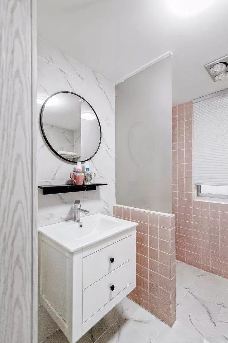 卫生间的配色十分少女了,白色洗漱柜搭配粉色墙砖,清新自然。