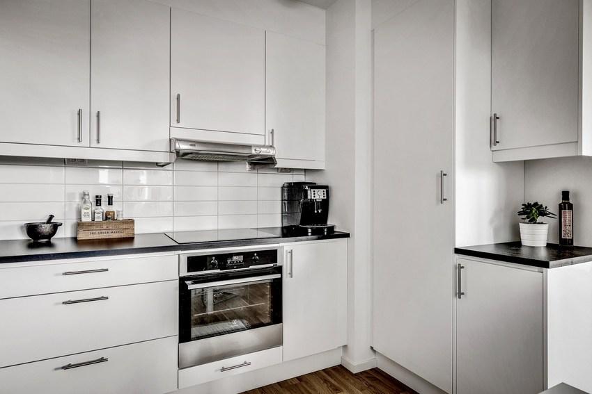 厨房的操作台面居然少了原木色,这样会让人少了粗犷的享受美食的冲动。