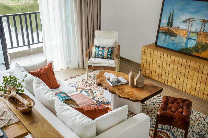 天然清新的木制家具,郁郁葱葱的绿色植物,棉麻布艺的沙发,民族图案的抱枕、地毯,富有肌理感的织物。