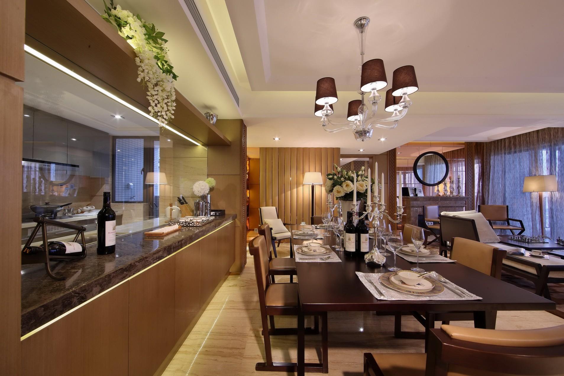 华丽的灯池营造了温馨舒适的就餐氛围,木质餐桌椅温润质感,复古大气。