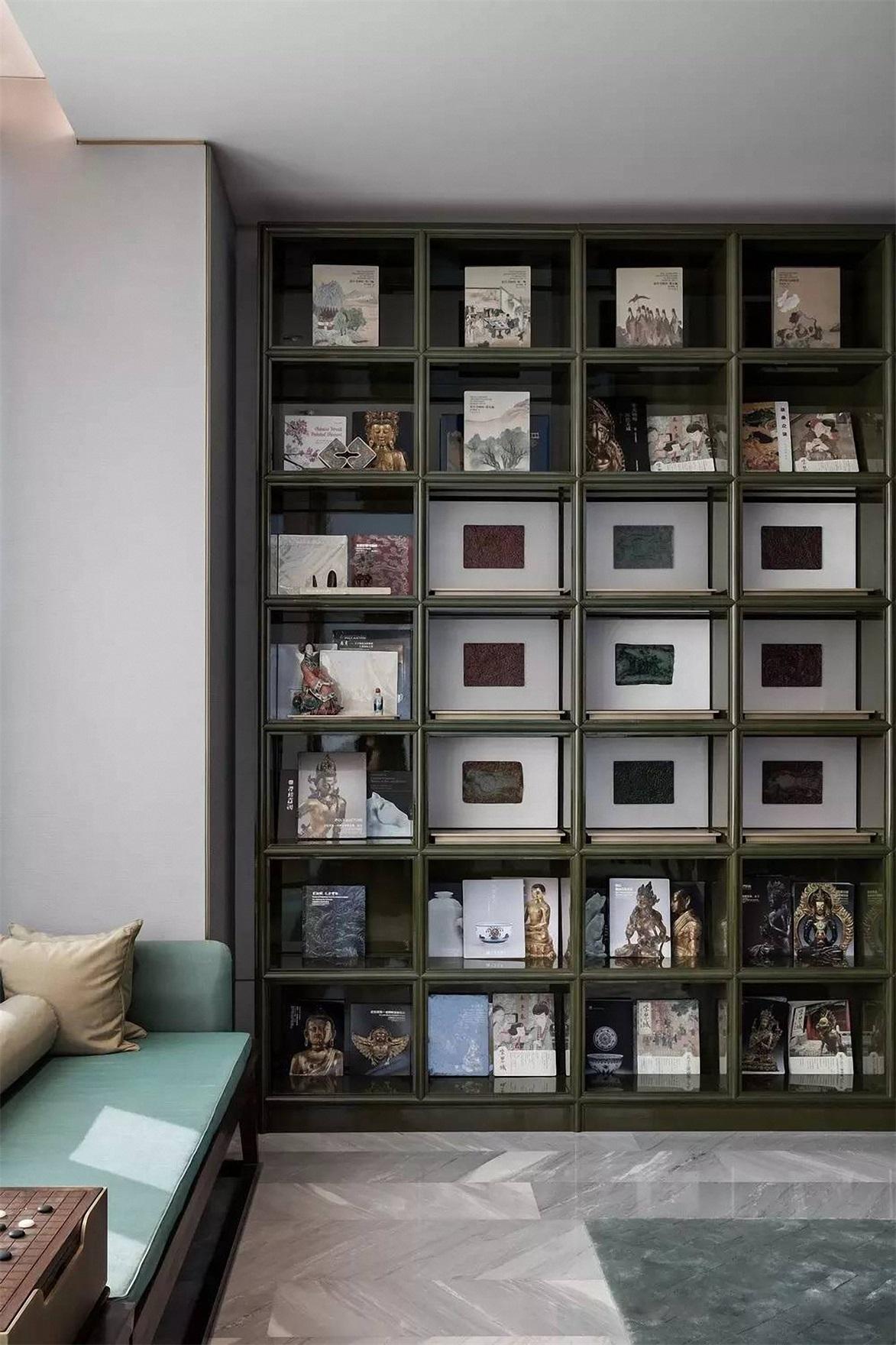 书柜分割均匀,使书房充满秩序,干净整洁,绿色长条休息椅,彰显了主人平和的生活态度。