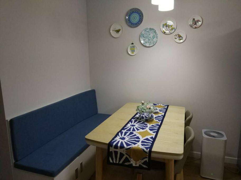 沙发加餐桌椅的搭配在小户型的餐厅已经越来越受欢迎,当然如果在餐厅的灯光上稍加改进,应该会有更好的。