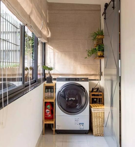 生活阳台设置洗衣区,棉麻质感罗马帘,北欧调谷仓门,加上绿植点缀小清新。