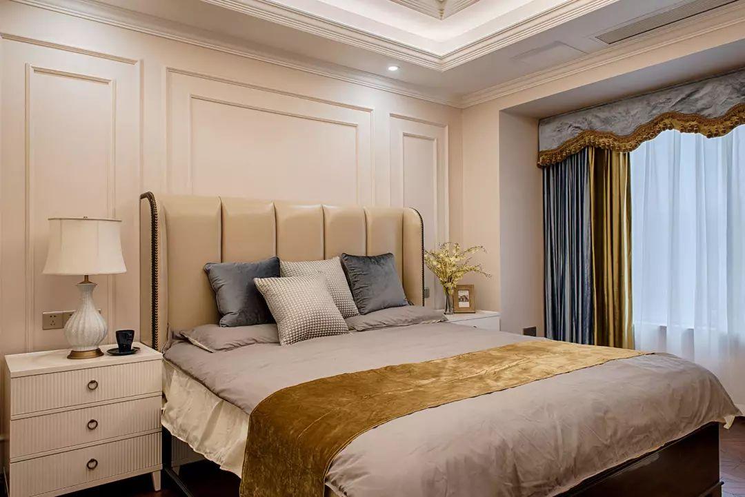 主卧整体色调柔和,石膏线条勾勒背景,呼应美式风格,搭配现代时尚家具。